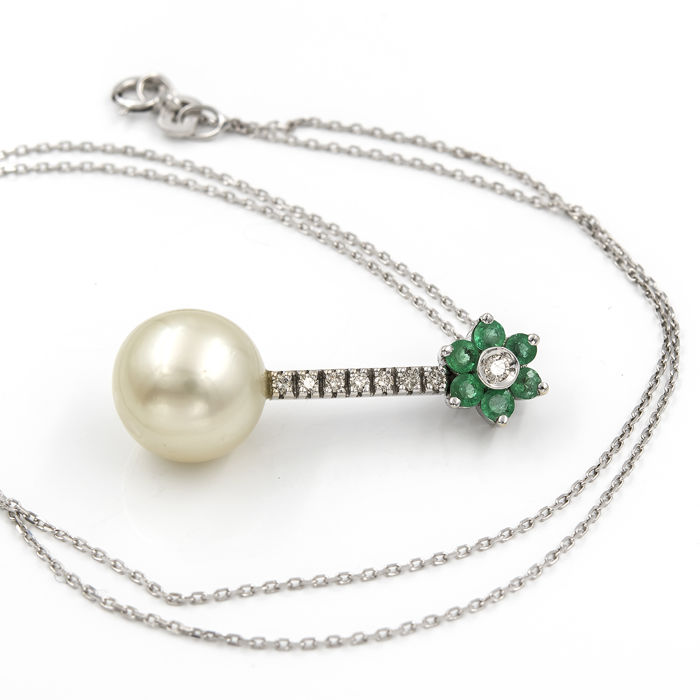 White gold of 18 kt - Choker with pendant - Diamonds of 0.25 ct - Emeralds of 0.20 ct - Australian Pearl of 10.70 mm