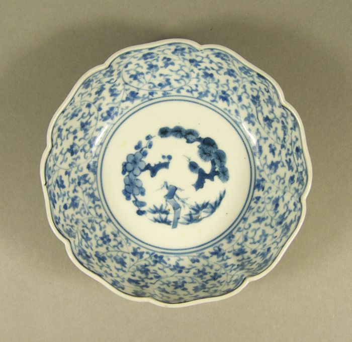 A high-quality blue and white Arita lotus-shaped bowl - With Chinese four character mark 'Cheng Hua nian zhi'. - Japan - ca. 1800 (Edo period)