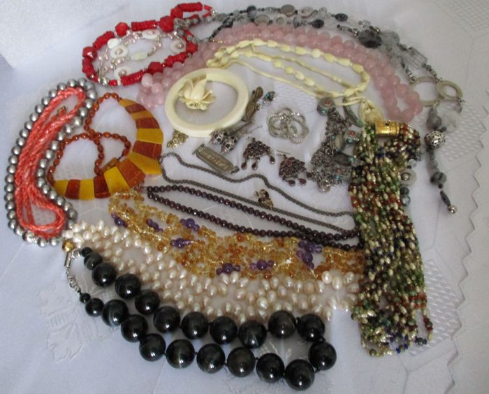 Lot of 26 jewellery pieces - precious coral, amber, garnet, bone, silver and gold etc.