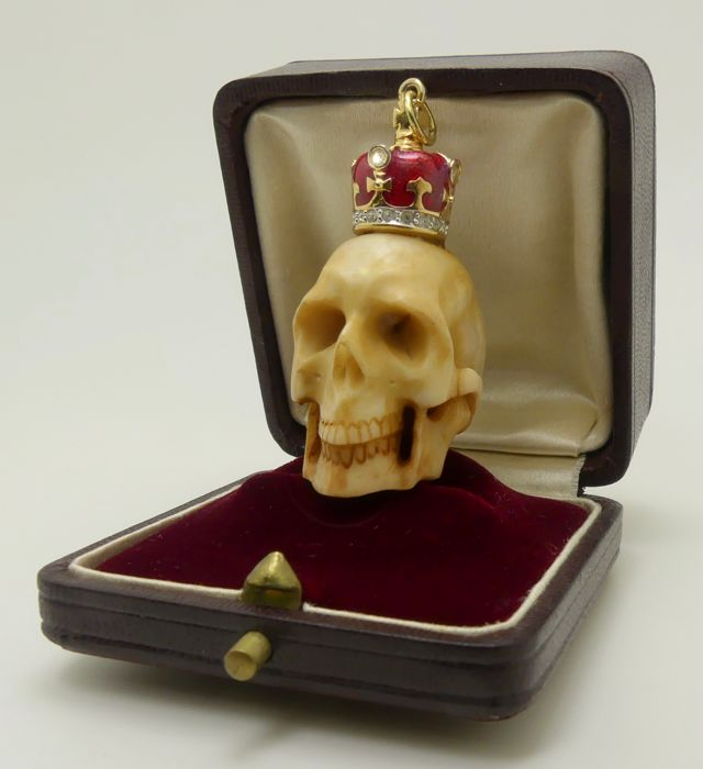 "Beautifuly carved antique ""momento mori"" bone skull with modern enamel crown pendant - °°°NO reserve°°°"