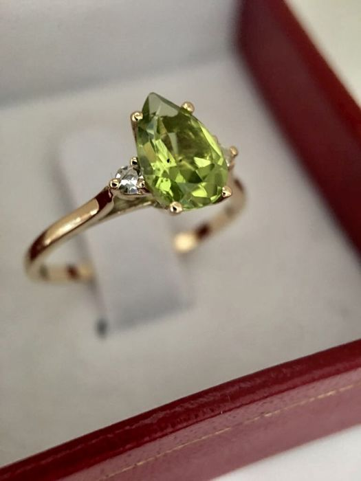 Yellow gold ring of 18 kt/750 with pear cut faceted peridot of 1.16 ct and 2 brilliant cut diamonds of 0.24 ct - Ring diameter 17 mm