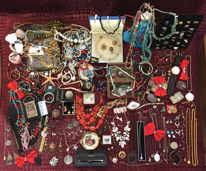 A collection of old and modern jewelry, more than 400 items. Marked gold (750) and (375), silver 925 (217 g), Tous, Toledo, Parker jewelry with precious stones Jada, amber, pearl, coral, lapis, turquoise, bone, angelite, shell, mother-of-pearl, agate, etc. of liquidation personal property.