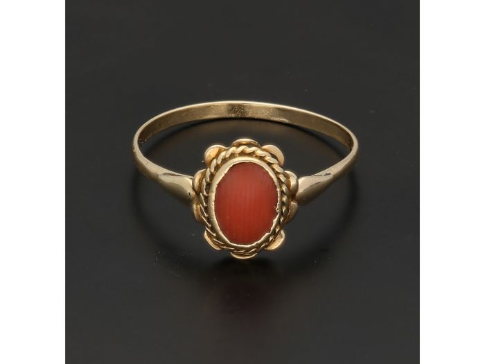 14 kt - Yellow gold ring set with an oval precious coral - Ring size: 16.75