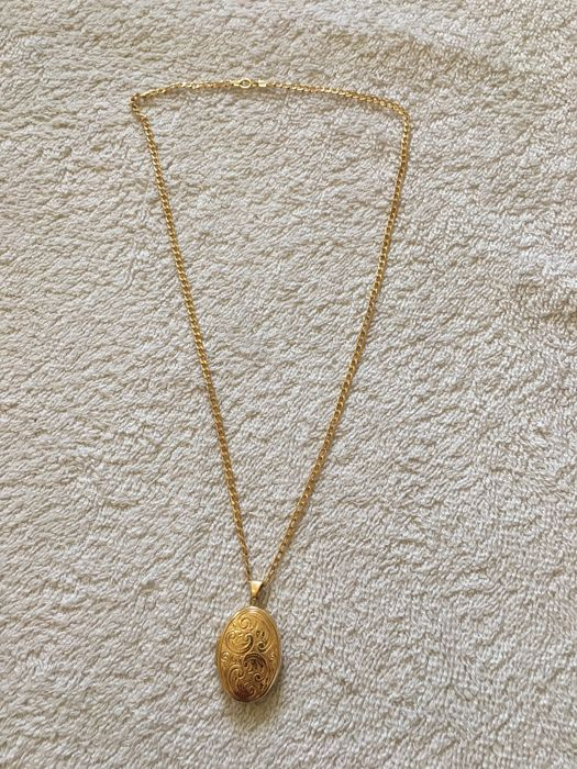 9ct gold Necklace and vintage locket with 2 pictures spaces 18inches long fully hallmarked