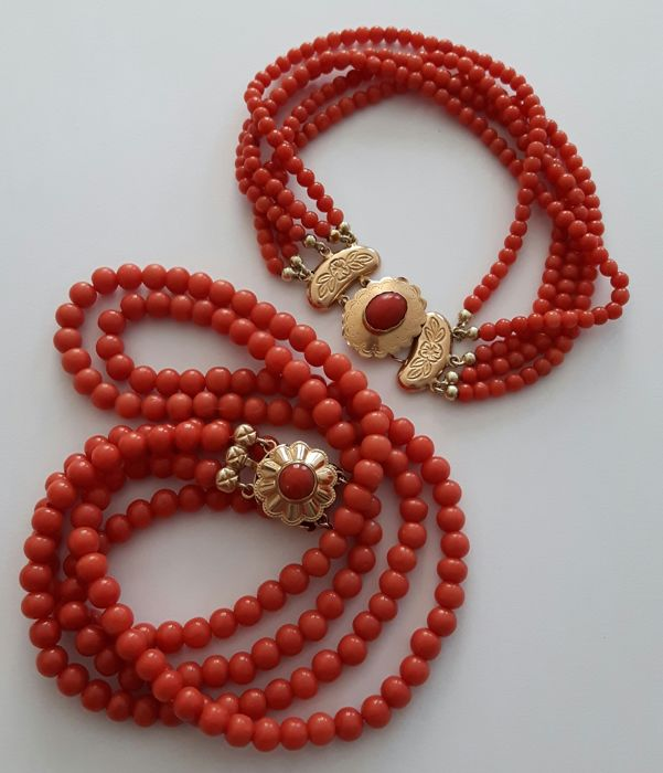 Necklace with 2 strands of coral with a beautiful 14 kt gold clasp. Bracelet with 5 strands of coral with a 14 kt gold clasp