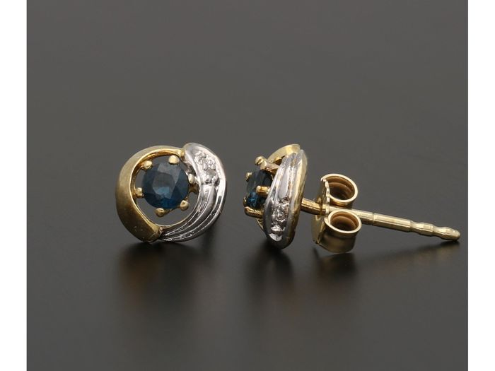 14 K. - Bi-colour ear studs set with brilliant cut sapphire and two diamonds of approx. 0.01 ct. - Diameter: 7 mm
