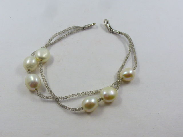 Bracelet in 18 kt gold with freshwater pearls measuring 10 x 8 mm