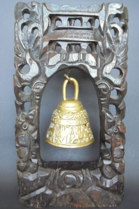 Indonesische home  temple bell in wooden frame