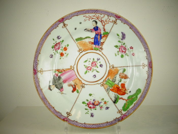 Porcelain plate with three figures - China - Qianlong, middle of the 18th century