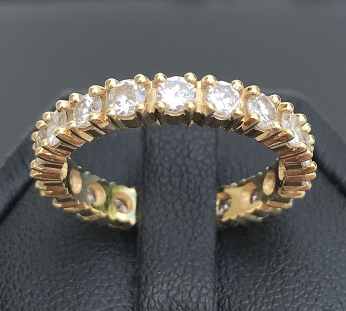18 kt gold American wedding ring with complete circle of extra white F/VS diamonds totalling 1.9 ct - No reserve price