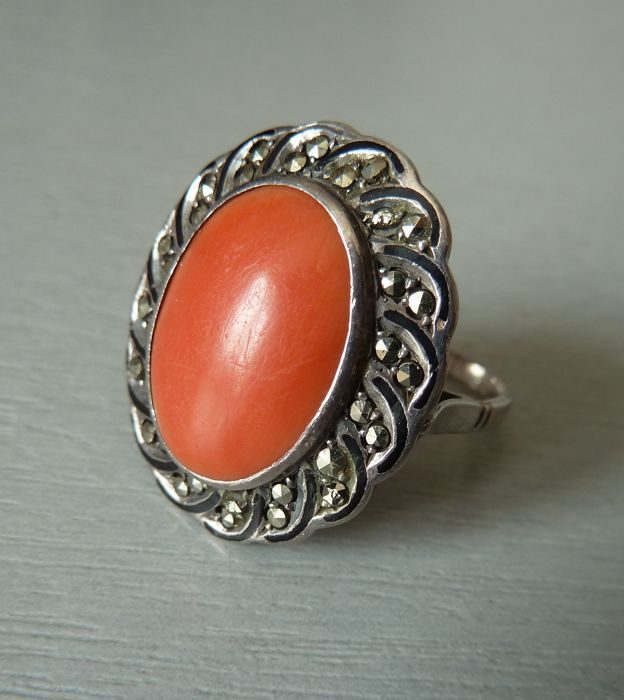 Ring hallmarked solid silver, with black enamel and set with a coral cabochon