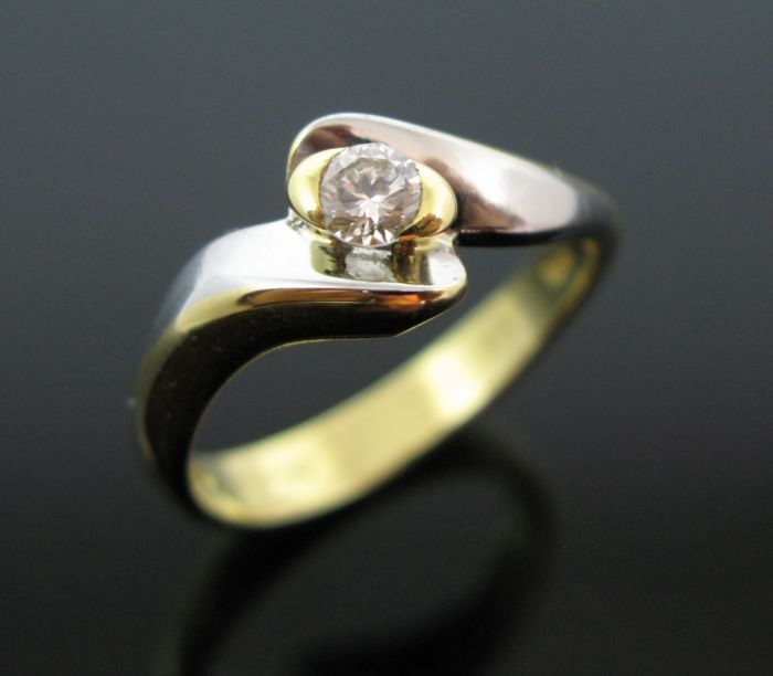 18 kt yellow and white gold engagement ring set with 1 diamond round-brillant cut 0,19 ct F/VVS1. Weight 4,6 gr.  No reserve price