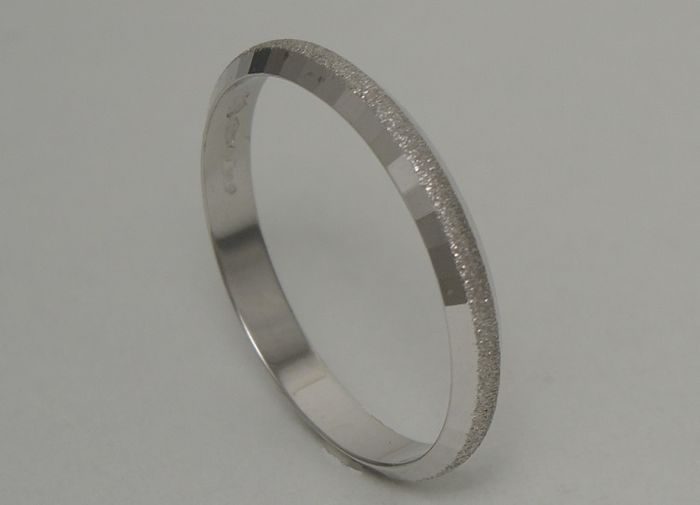 18kt white gold hammered and glittered ring – size 63