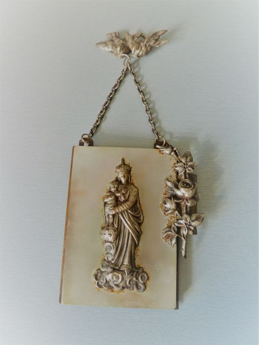 Charming station of the cross dedicated to the Madonna and Child silver metal and marble, very finely worked with the possibility of sliding some flowers in there