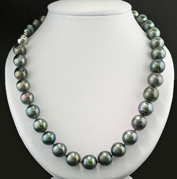 Tahitian pearl necklace, 11-13 mm with lively overtones in violet, greenish gold and pistachio green, 585 white gold - no reserve -