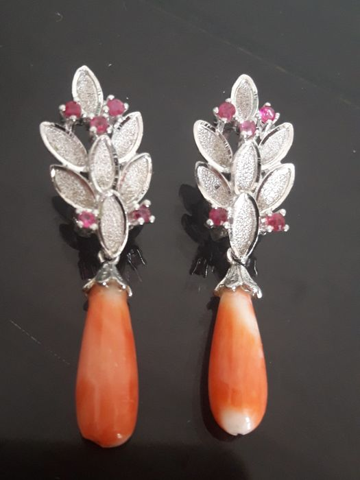 Rhodium-plated silver earrings with corals and rubies