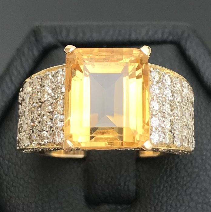 Contemporary ring in 18 kt yellow gold set with a citrine and diamonds of H/VS (6.53 ct) in pavé - No reserve price