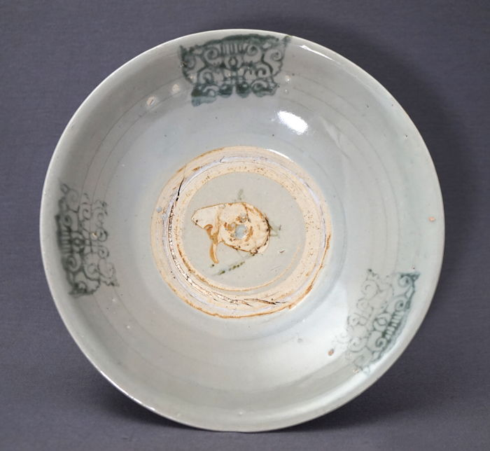 Large deep platter with decoration of taotie heads - Chinese/Anamese - 17th/18th century