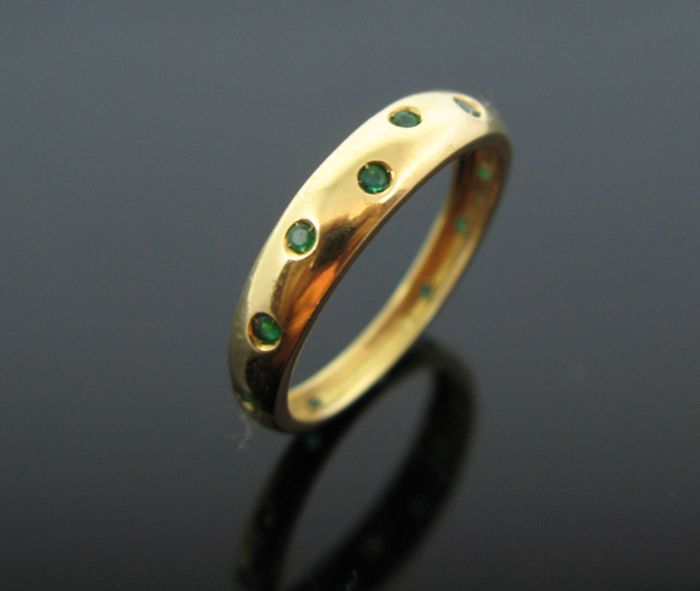 18 kt yellow gold ring set with 12 natural emerald round-faceted cut tot 0,36 ct  + +No reserve price +