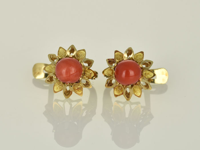 18 kt gold Earrings Coral weighing 5.3 ct  in total.  14 x 11 x 16 mm