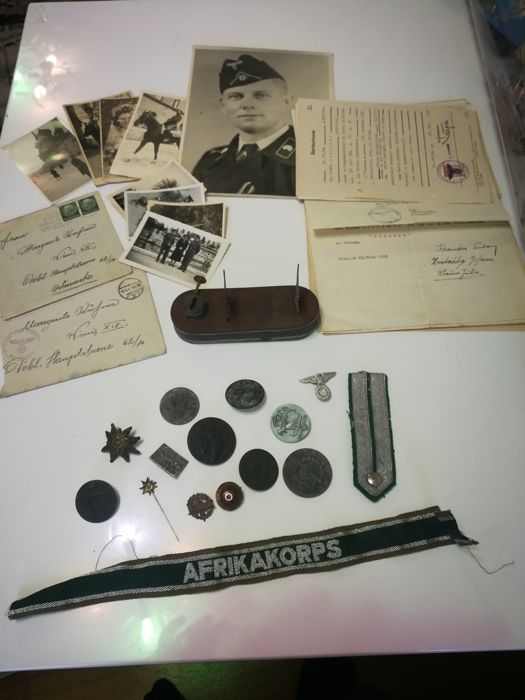 Lot with Wehrmacht badges, documents and photos
