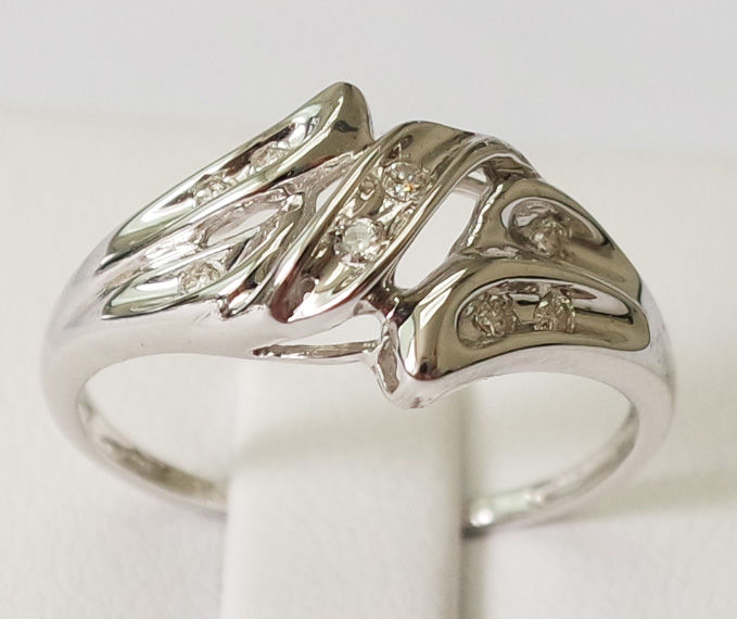 18K White Gold with 0.08 ct Diamond Ring - Ring size M 1/2