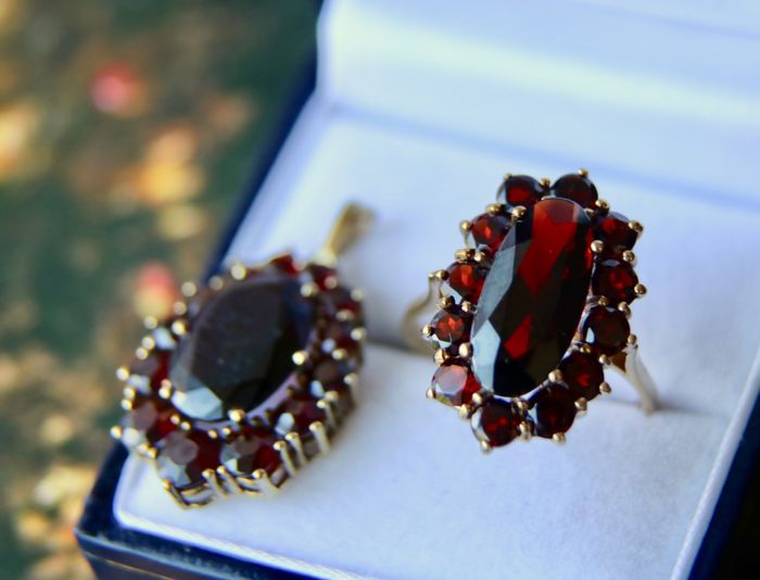 Antique set of a gold ring and a pendant set full of Bohemian garnets for 13,16ct total