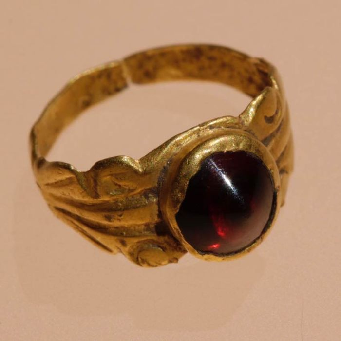 Ancient Roman Gold ring with a Carnelian or Ruby gemstone. - 1,5cm.