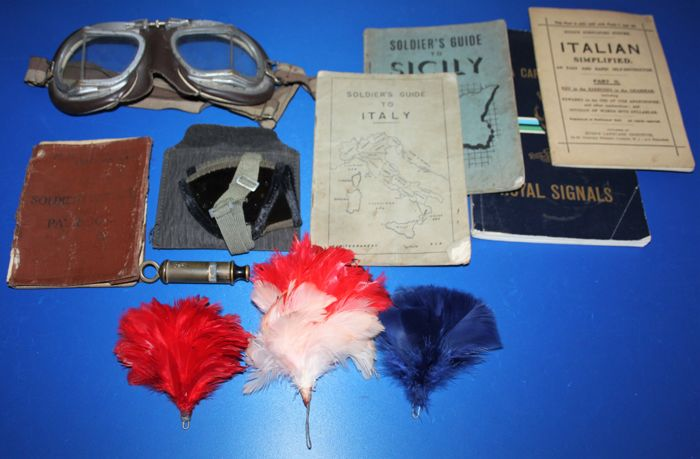 Lot with WWII related items from the U.K. and Germany, in fair to good condition. see photo's.