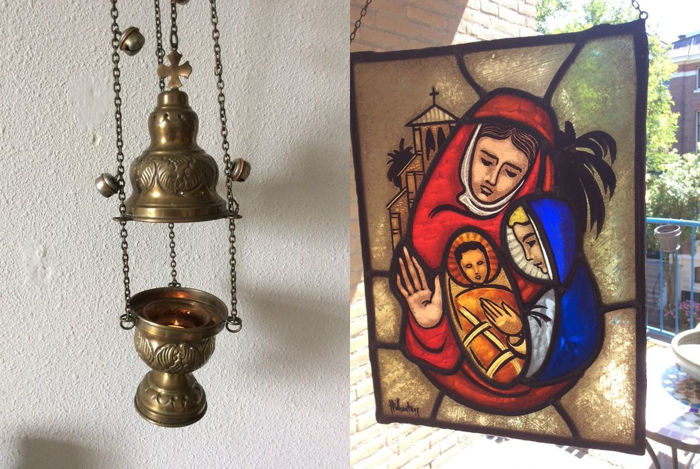 """Stained glass of hand-stained """"Mary with child"""" with mosaic pieces window hanger, signed and old brass censer - 20th century"""