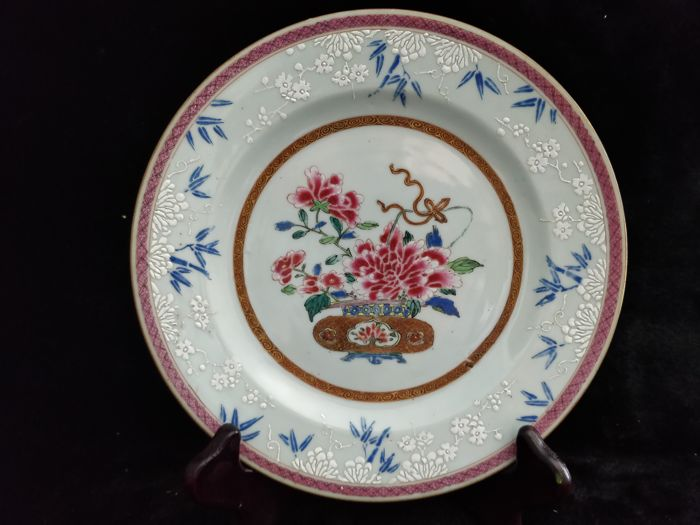 Famille rose porcelain dish with decoration of flower in a basket - China, Yongzheng period
