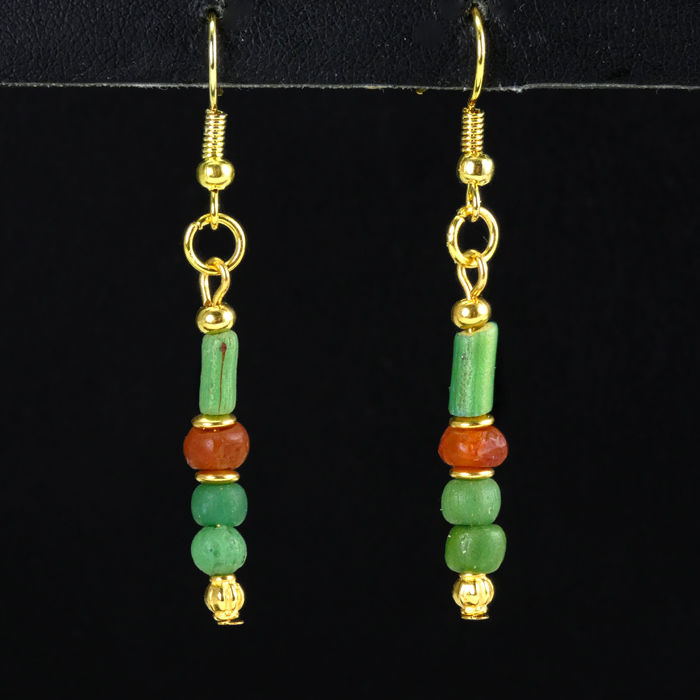 Ancient Roman Glass Earrings with green glass and carnelian beads - 5,1 cm - (1)