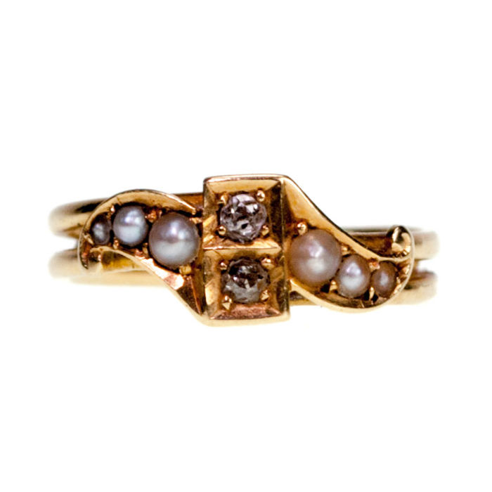 A classic Edwardian ring featuring Pearls and 0,08ct (K VS) Old Mine Cut Diamonds in 15k Gold.