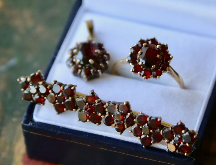 Antique set of a gold ring, brooch and a gold-plated silver pendant all set full of Bohemian garnets for 5,86ct total