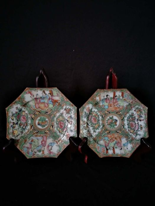 2 Famille rose porcelain plates with decoration of people - China - 19th century