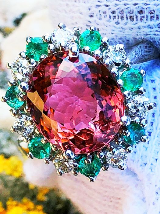 Ring cocktail with pink tourmaline of 6 ct surrounded by diamonds of 0.50 ct VVS F and emeralds of 0.50 ct green top quality - 18 kt gold