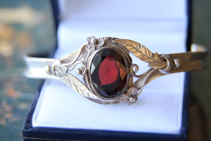 Art Nouveau Antique silver floral decorated bracelet with oval facetted large Garnet ca. 5.14Ct ( ca.13.6x10.5mm)