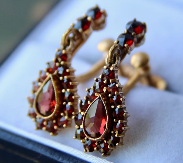 """ca. 1900/""""20 Antique gold and gold -plated earrings with 2,37ct Bohemian garnets from around 1910 with old screw locks  Wonderful state."""