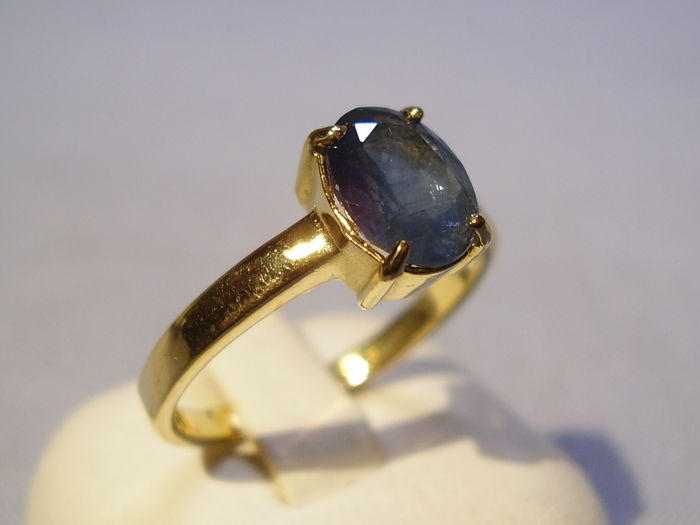 18 kt gold forged ring with natural, blue sapphire of 1.7 ct, oval cut