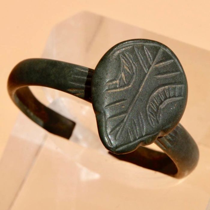 Ancient Roman Bronze ring with symbol on the bezel - 2,5cm.