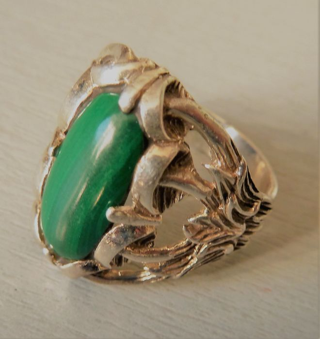 Antique ring in solid 925/1000 silver set with a malachite cabochon