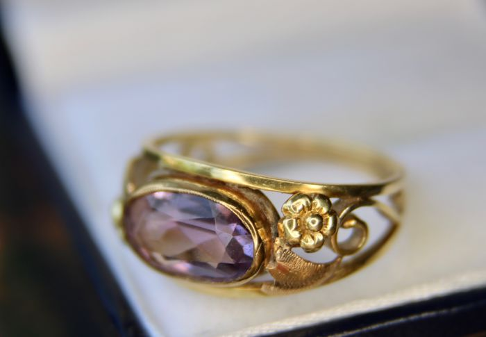 Ca. 1910 Antique 14Kt. Art-Nouveau gold ring with a 1.96Ct natural Amethyst on a handcrafted frame in floral design.