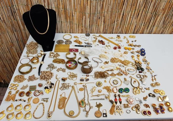 Collection of ca 160  vintage,  Goldplated and gold-coloured mixed decorative jewellery