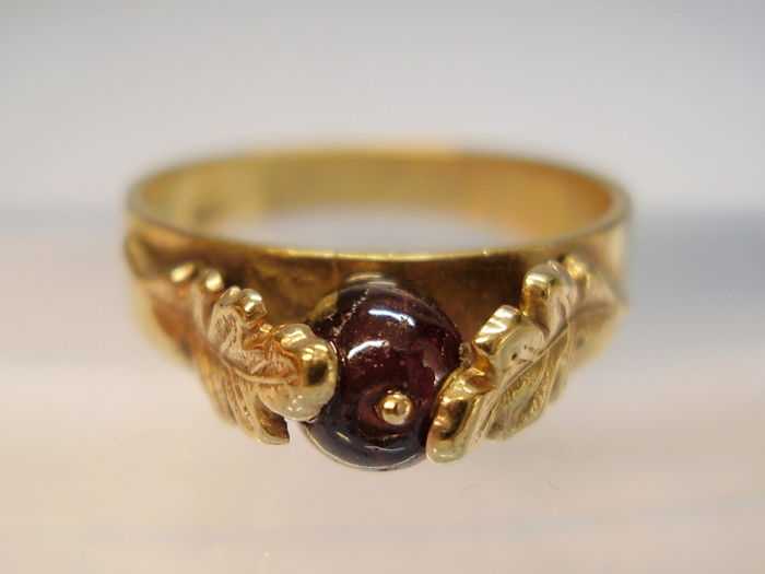 Antique golden Victorian ring with polished garnet bead (2 ct) between handmade oak leaves