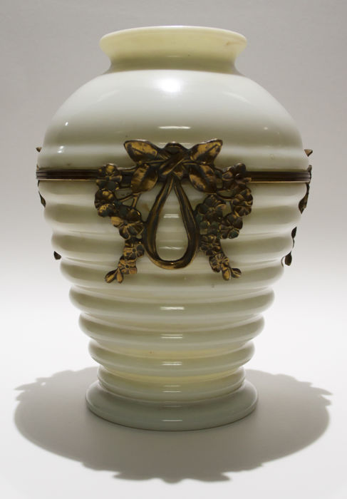 Classic style Vase, in milky glass with bronze applications - France, early 20th century