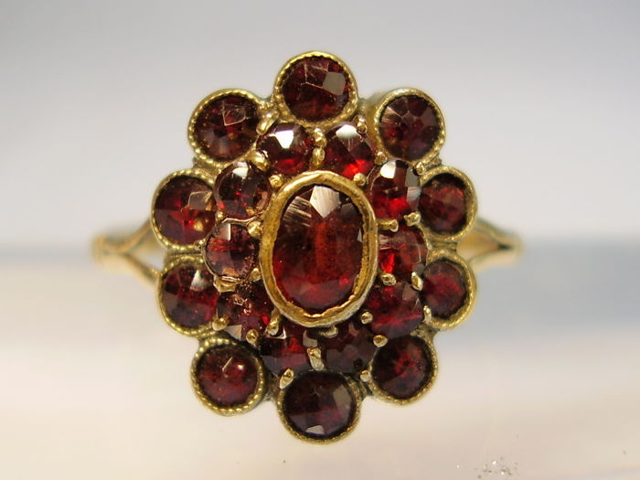 Victorian golden ring with faceted antique rose-cut garnets totalling 3.5 ct