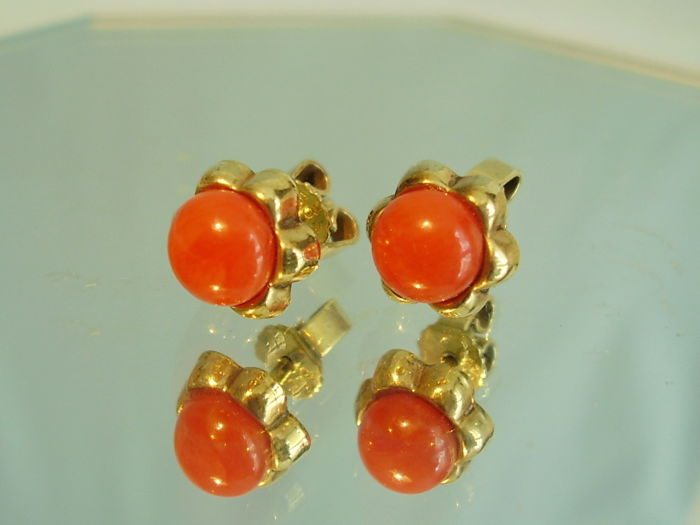 ec2c694b0 Antique golden stud earrings with Sardinia coral cabochons - Catawiki