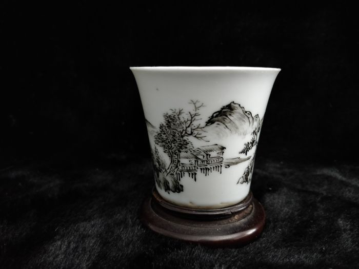 Porcelain cup with scene decoration, grey tones - China - 19th century