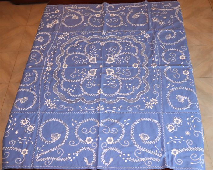 Fully hand embroidered tablecloth (1.30 m x 1.30 m) from Viana do Castelo - Portugal - Decades of 50/60