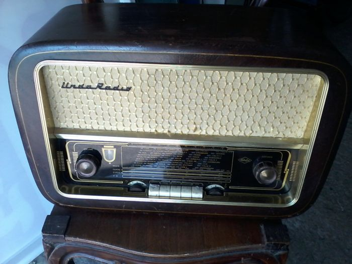 Rare Unda Radio tube radio with supplied booklet - 1956
